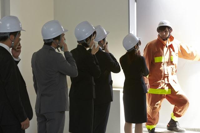 指導する消防士